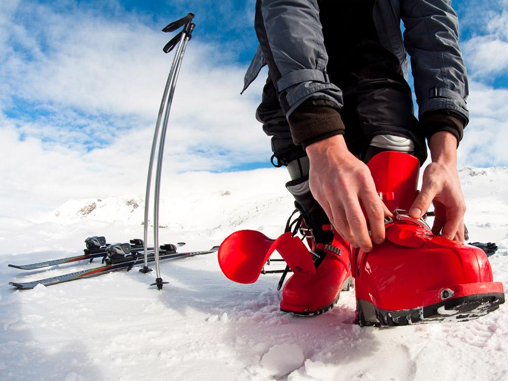 Les stations de ski préparent leur domaine skiable, mais elles attendent la levée des barrières - Depositphotos.com mdurinik