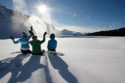 Jeux de neige aux Carroz d'Arâches © M Dalmasso-Auvergne-Rhône-Alpes-Tourisme