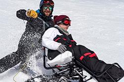 Pralognan-la-Vanoise (73) : activité hiver handicap © PY. Duval/Auvergne-Rhône-Alpes Tourisme