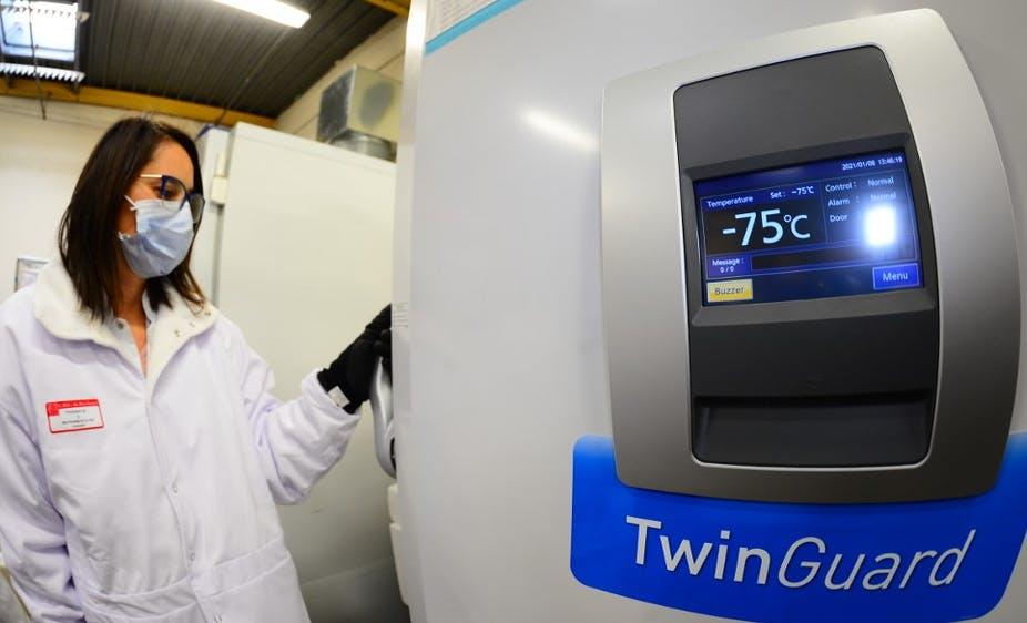 Une pharmacienne ouvre un congélateur pour préparer des doses de vaccin Pfizer/BioNTech, le 8 janvier 2021 à Bordeaux. Mehdi Fedouach / AFP
