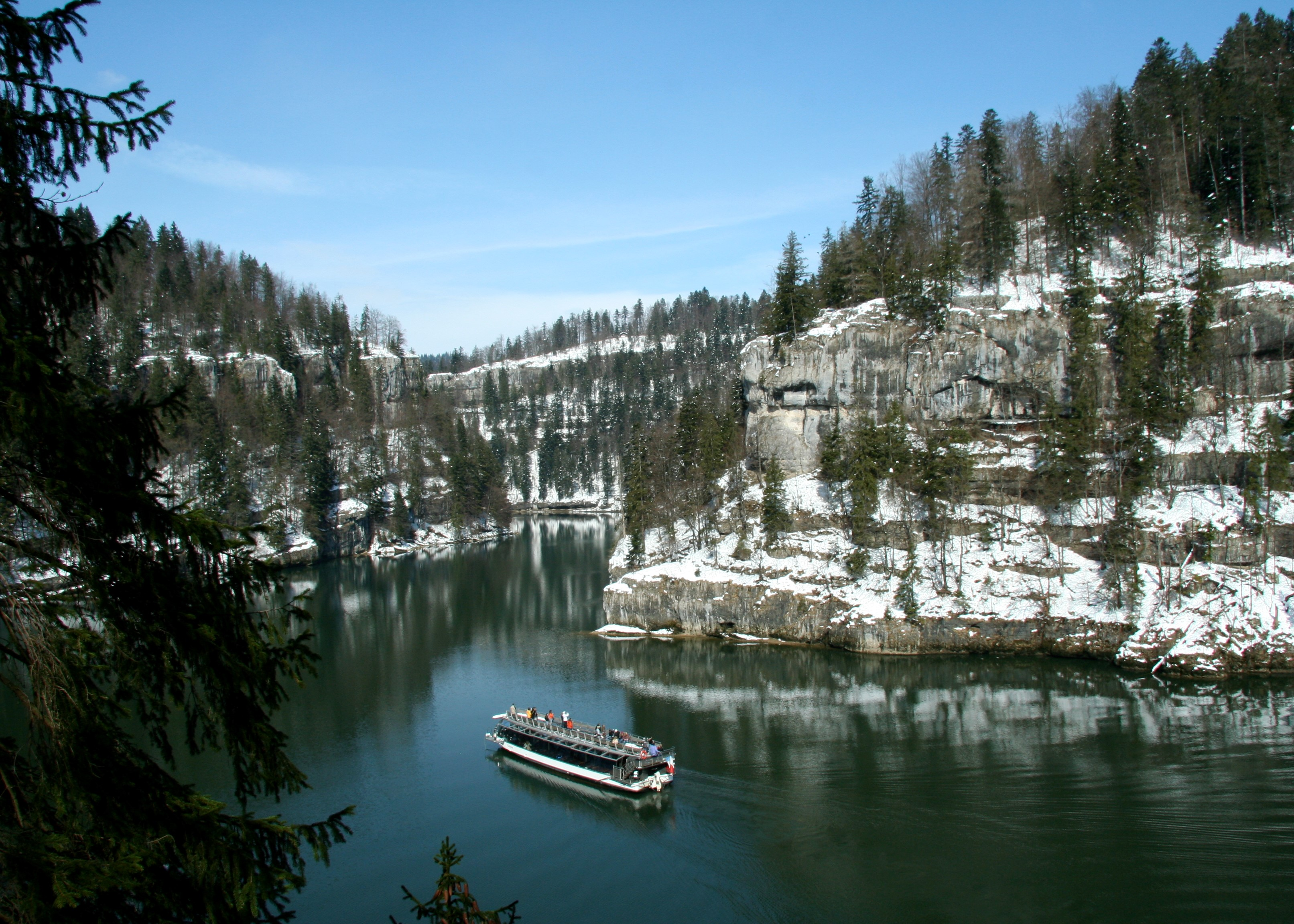 Croisière bateau dans les Bassins du Doubs - Photo  Christophe DROZ-BARTHOLET - Bateaux du Saut du Doubs / Bourgogne-Franche-Comté Tourisme