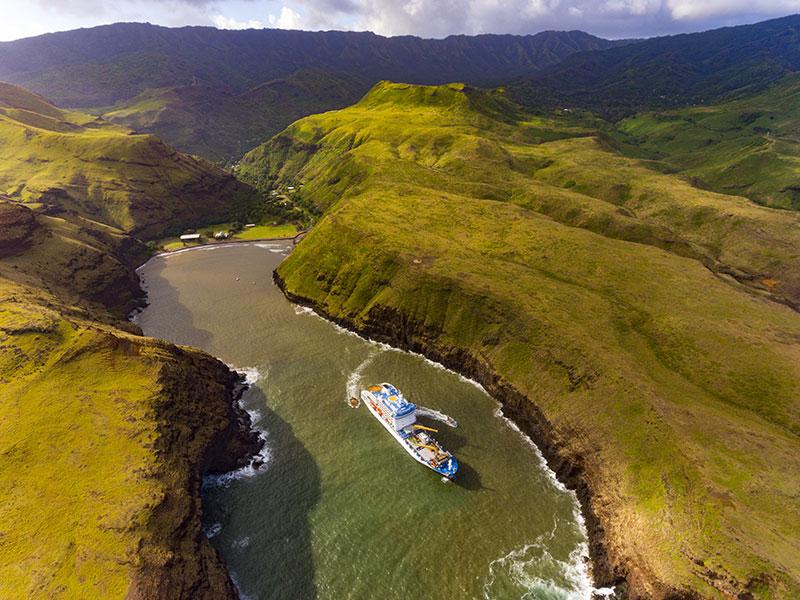 © Croisières Aranui / L'Aranui 5 dans la baie invisible d'Ua Huka