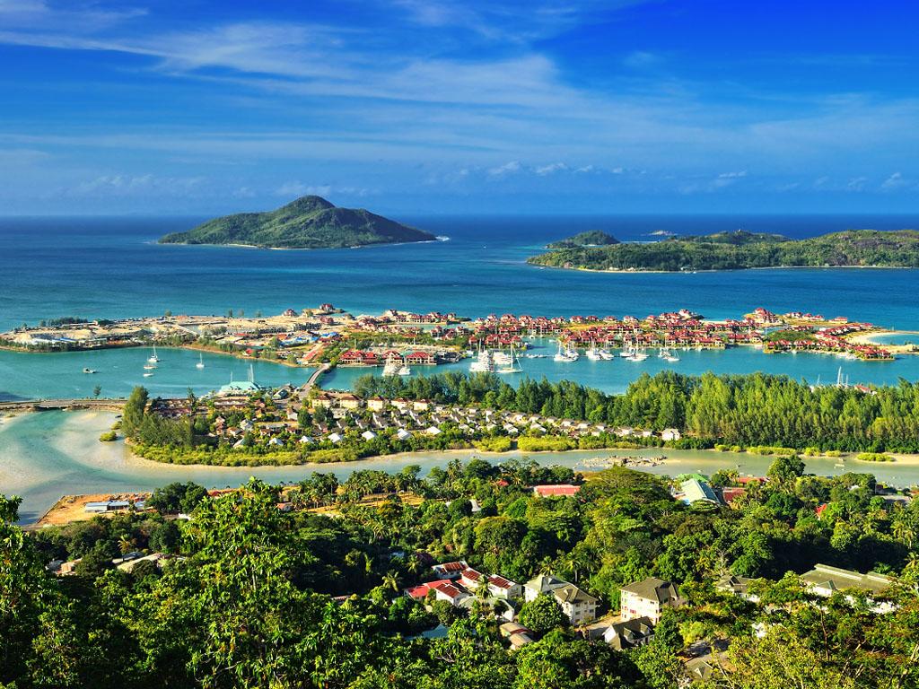 """Pour être reconnus comme étant ′′vaccinés"""", les visiteurs doivent pouvoir prouver qu'ils ont pris la dose complète du vaccin à savoir deux doses et attendre 15 jours après la seconde dose pour pouvoir se rendre aux Seychelles - - Depositphotos.com"""