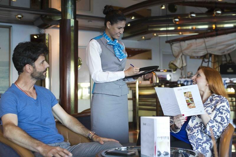Les voyageurs bénéficient d'une réception avec un équipage francophone ainsi que des hôtesses et hôtes à bord parlant le français - DR : Celestyal Cruises