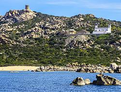 © La Corse des origines / Le phare de Senetosa, refuge des randonneurs du sentier du littoral