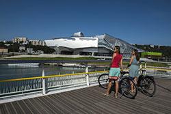 Lyon à vélo, le musée des confluences © A. Stenger/Auvergne-Rhône-Alpes Tourisme