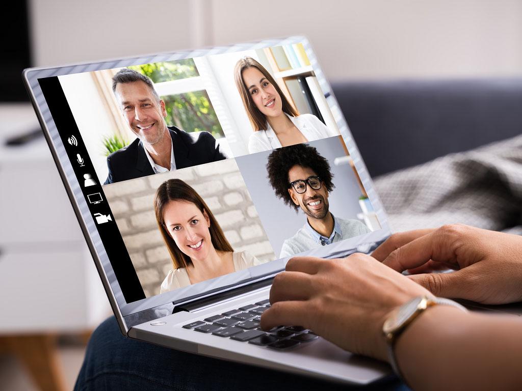 Les communications virtuelles ont certes aidé beaucoup d'entre nous à se relier, mais à travers des écrans aux images sautillantes, et aux sons souvent de mauvaise qualité, ces contacts ont-ils été satisfaisants ? Oui, car ils nous ont permis de communiquer. Non, parce qu'une fois l'échange terminé, chacun se retrouve « abandonné » à une solitude non choisie - Depositphotos.com AndreyPopov