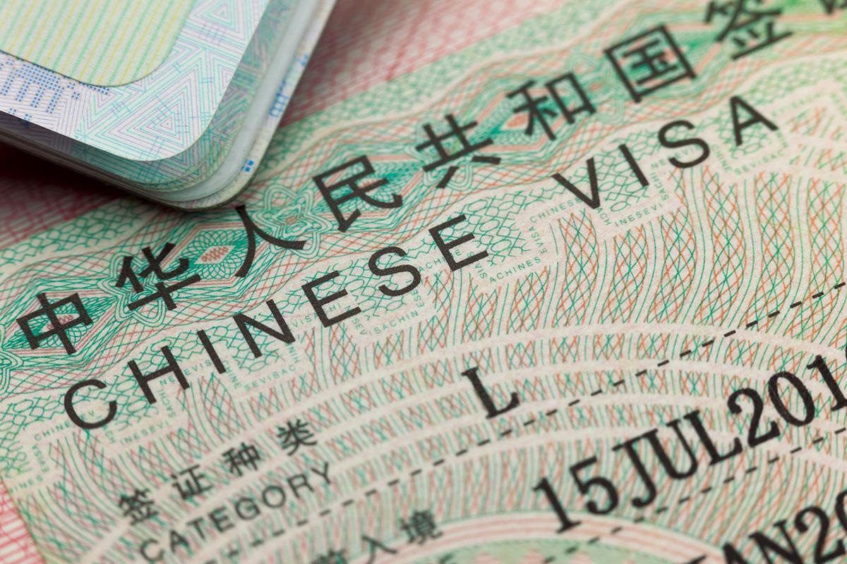 """Les autorités consulaires chinoises en France annoncent la reprise de la délivrance de certains types de visas aux requérants vaccinés à l'aide d'un produit """"Made in China"""" – ©Adobe Stock"""