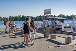 Vélo à Vichy sur les rives de l'Allier © D. Grudet / Auvergne-Rhône-Alpes Tourisme