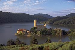 Lac et château de Grangent, près de Saint-Etienne © JL. Rigaux/Auvergne-Rhône-Alpes Tourisme