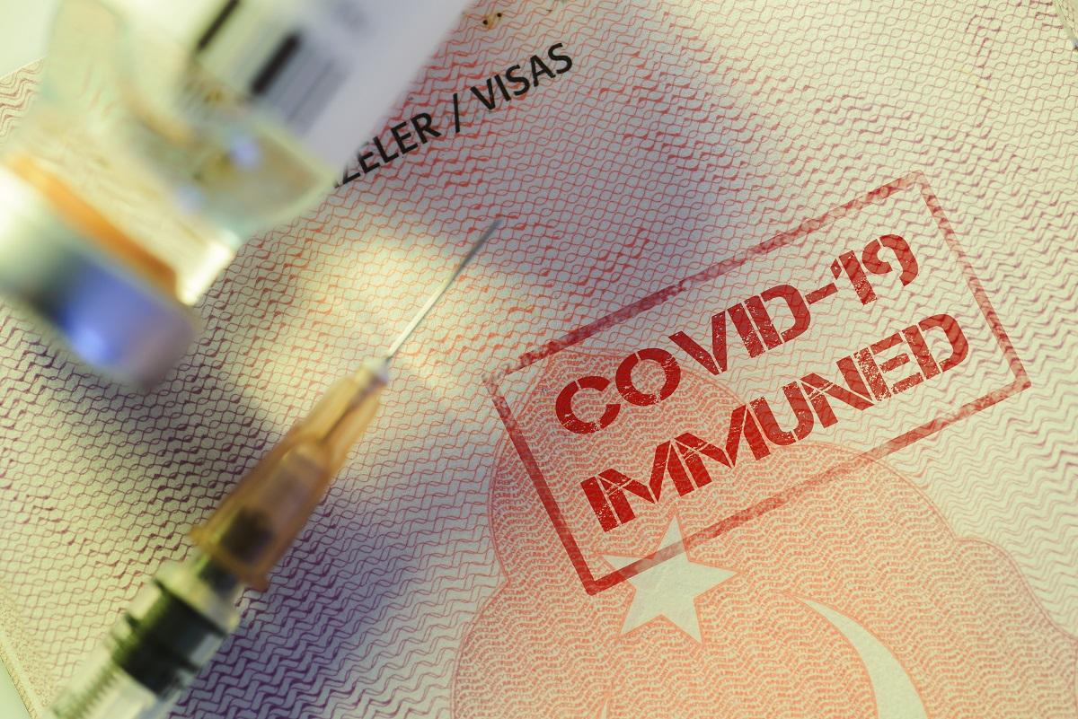 Les voyageurs totalement vaccinés pourront bénéficier d'une période de quarantaine réduite à 7 jours - ©Adobe Stock