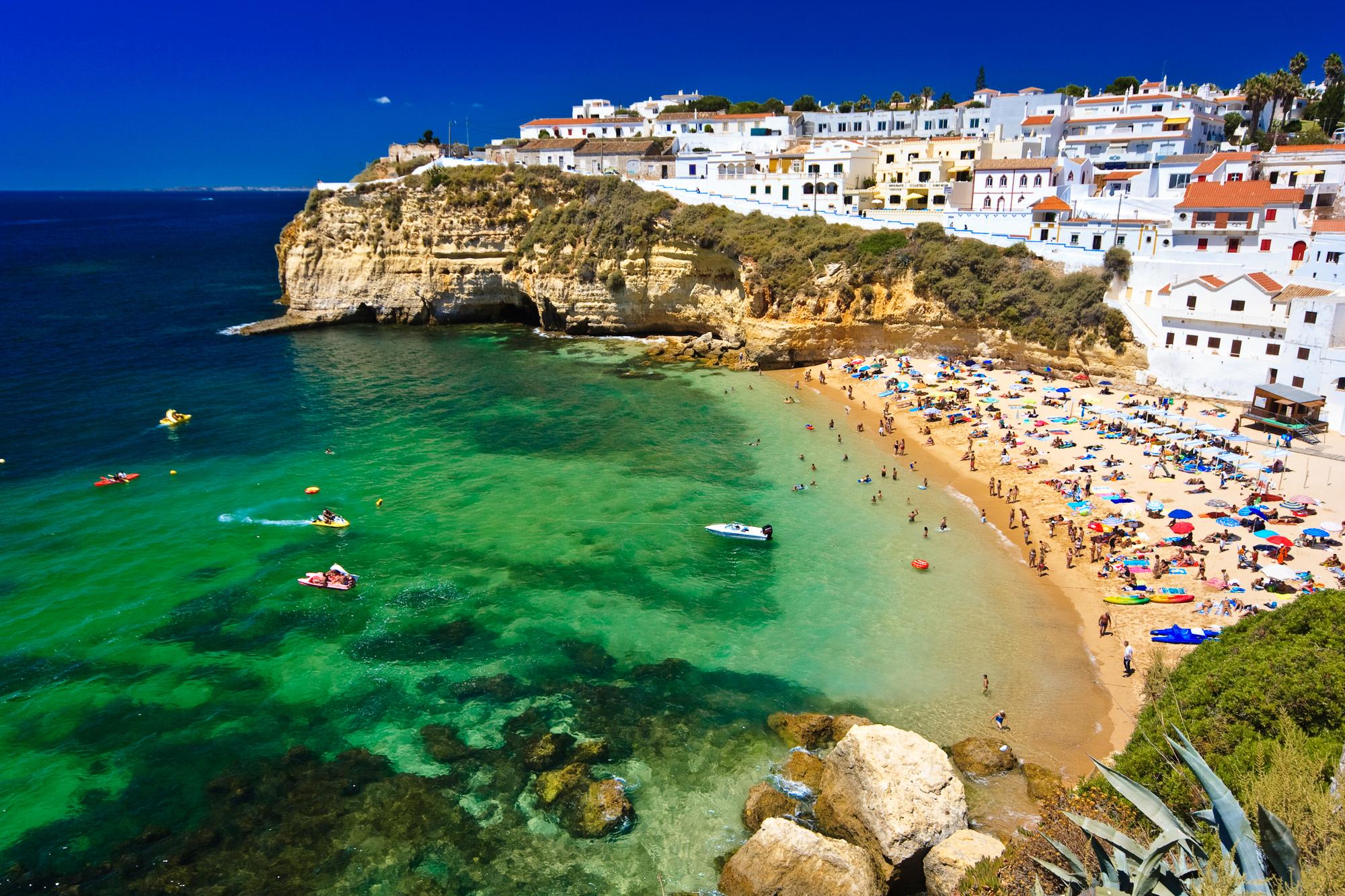 Les superbes plages de l'Algarve au Portugal. Attention car les contrôles à la frontière terrestre entre le Portugal et l'Espagne sont rétablis/crédit DepositPhoto