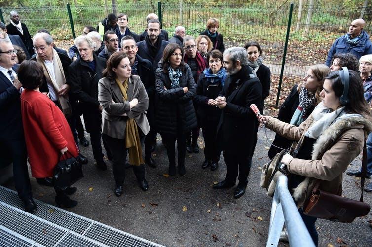La maire Anne Hidalgo entourée de ses adjoints et du public lors d'une rencontre avec l'architecte du centre d'accueil pour familles sans-abri dans le XVIᵉ arrondissement de Paris, un sujet de fortes tensions en 2016