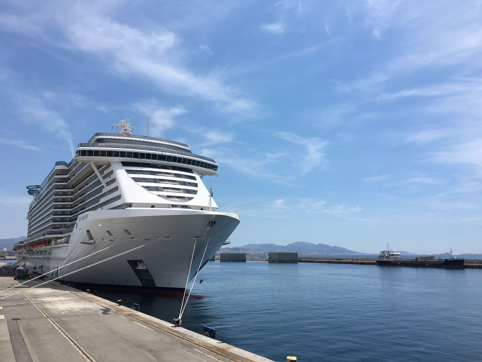 Un navire de croisières à quai au port de Marseille - photo MSC