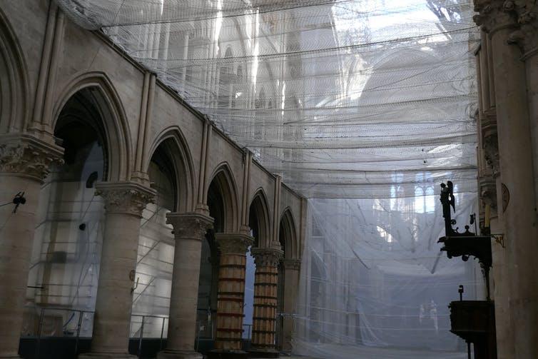 Filets de protection à Notre-Dame de Paris. Bruno Phalip, Author provided