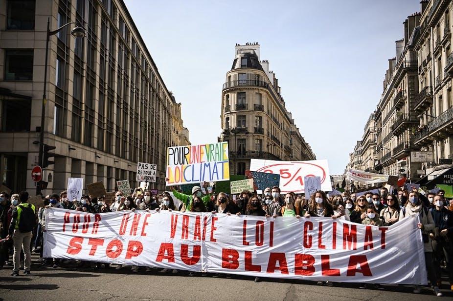 Le 28 mars 2021 à Paris, manifestation pour une « vraie » loi Climat. HRISTOPHE ARCHAMBAULT / AFP