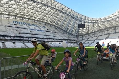 La tournée Vélotour à Marseille passe par le mythique stade vélodrome - DR