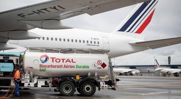 """Air France-KLM, Total, Groupe ADP et Airbus ont joint leurs efforts pour réaliser le premier vol long-courrier avec du carburant aérien durable ou SAF (""""Sustainable Aviation Fuel""""), produit en France - DR : Air France-KLM"""