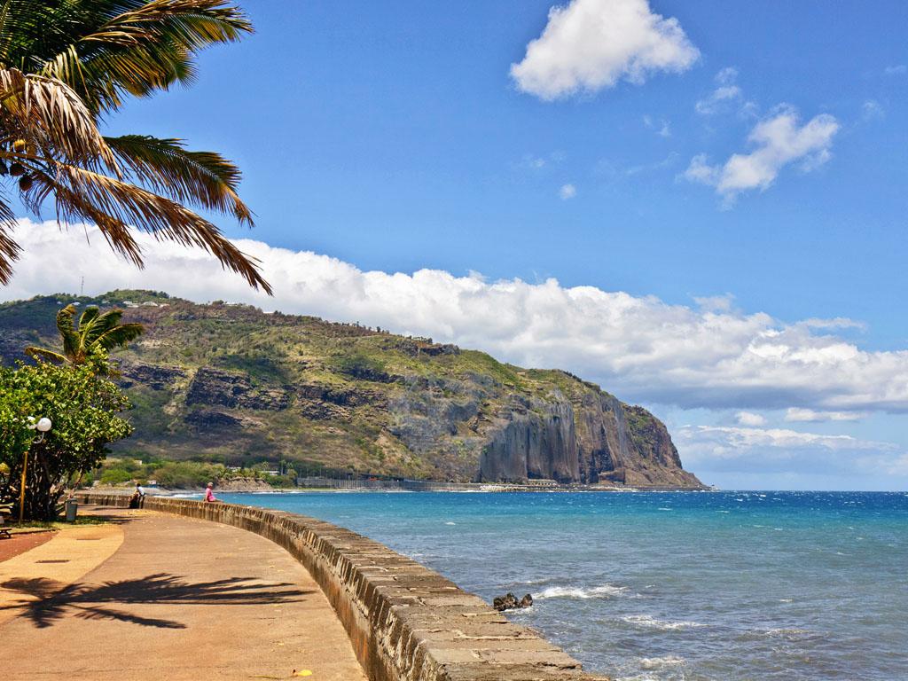 Pas de levée des motifs impérieux vers la Réunion et Mayotte pour les personnes non vaccinées. Les voyageurs devront aussi s'engager à un auto-isolement à l'aller comme au retour - Depositphotos zx6r92
