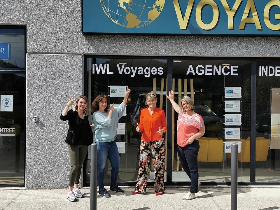 Emilie, Laure, Ingrid et Marie devant l'agence mercredi - DR