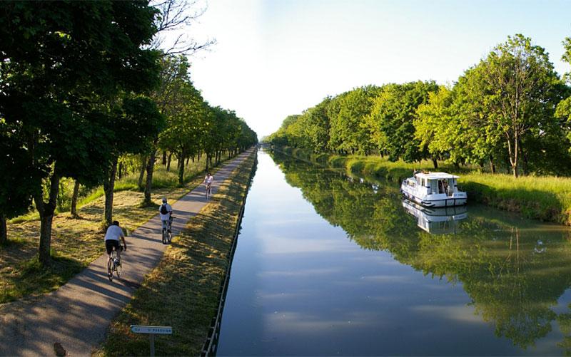 Canal des Deux Mers et vélo sur la voie verte © ADT 82