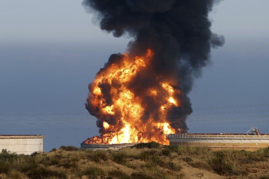 Incendie dans un dépôt pétrochimique touché par des roquettes du Hamas la veille, près de la centrale électrique de Rutenberg (non visible) dans la ville d'Ashkelon, dans le sud d'Israël, le 12 mai 2021. Jack Guez/AFP
