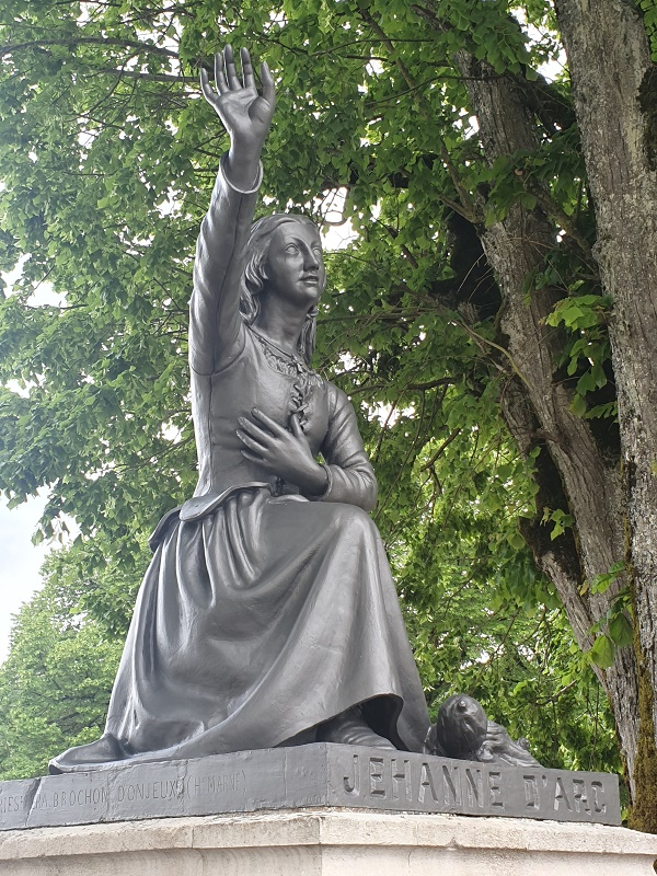 Statue de l'héroïne ça et là dans le jardin de la maison natale de Jeanne d'Arc - DR : J.-P. C.