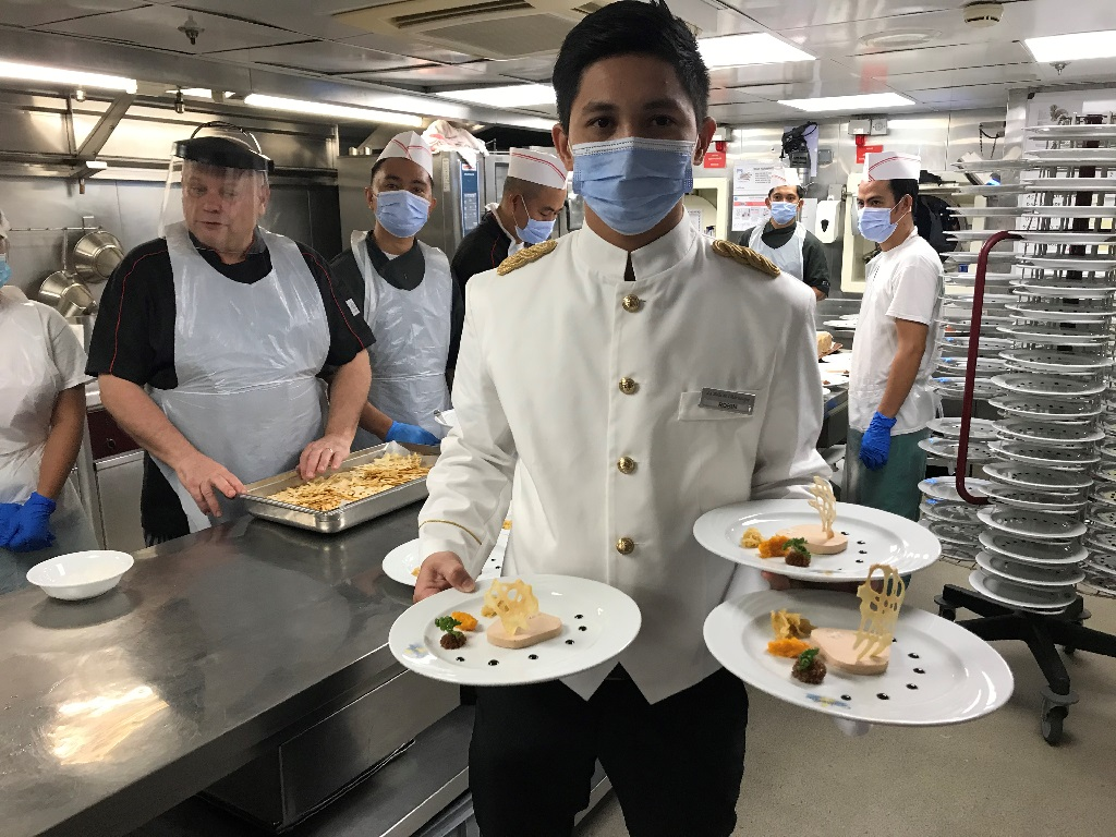Le chef Richard Moll et sa brigade assurent côté gastronomie. Nous sommes en petit comité, c'est agréable !  - Photo JLR