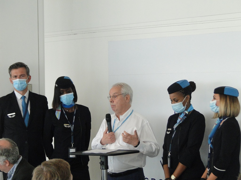 """Marc Rochet, entouré d'élégants PNC de la compagnie a d'abord tenu à faire l'éloge de l'A350 1000 : """"un avion absolument remarquable par son confort"""", capable d'emporter 429 passagers répartis en 3 classes (24 en Madras, 45 en Caraïbes et 360 en Soleil). - DR CH"""