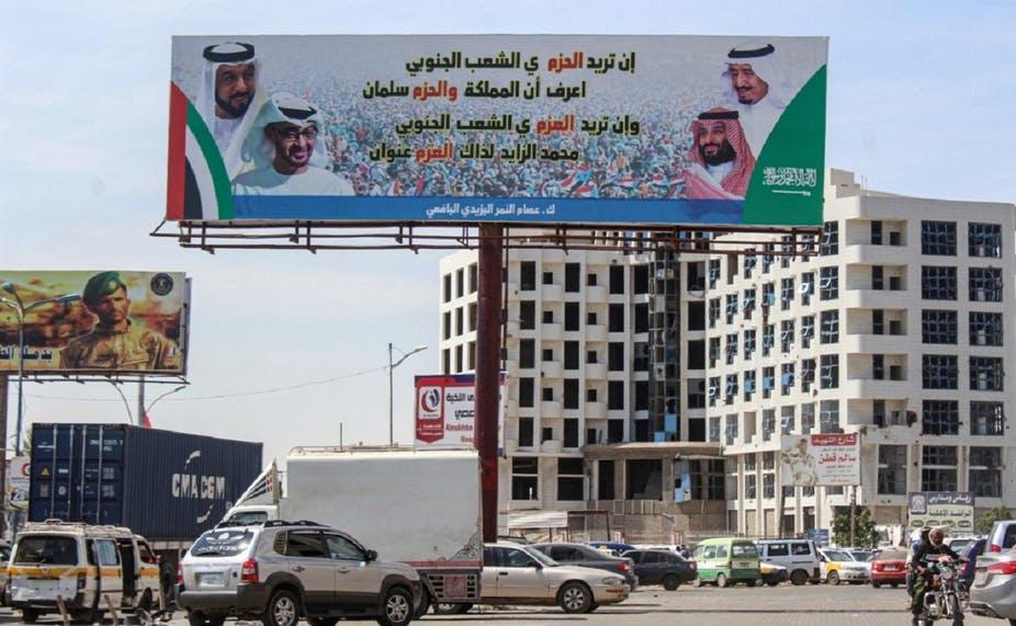 L'enlisement du conflit yéménite est une des raisons qui font passer la normalisation avec Israël au second plan pour l'Arabie saoudite, au profit d'un apaisement avec l'Iran. Ici, un panneau représente les dirigeants saoudiens et émiratis côte à côte, dans la ville portuaire yéménite d'Aden, en 2019. Saleh al-Obeidi/AFP