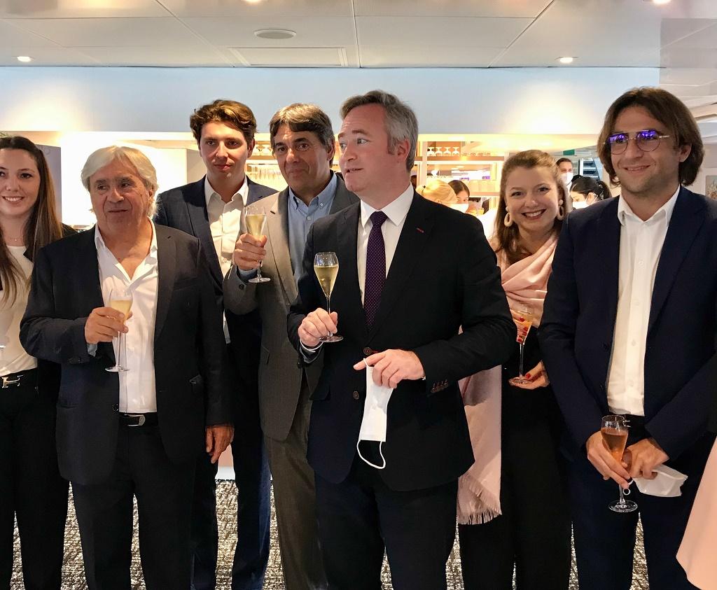 Jean-Baptiste Lemoyne entouré de la famille Schmitter le 30 juin pour la relance de la croisière en France - photo LSJ