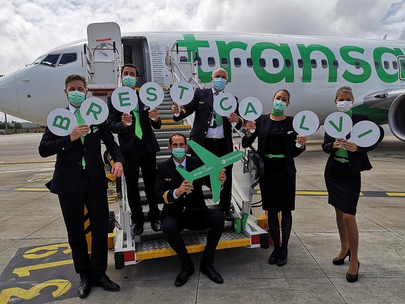 L'équipage s'est fait une joie d'accueillir les passagers bretons qui ont désormais la possibilité de découvrir Calvi et sa région - DR : Transavia