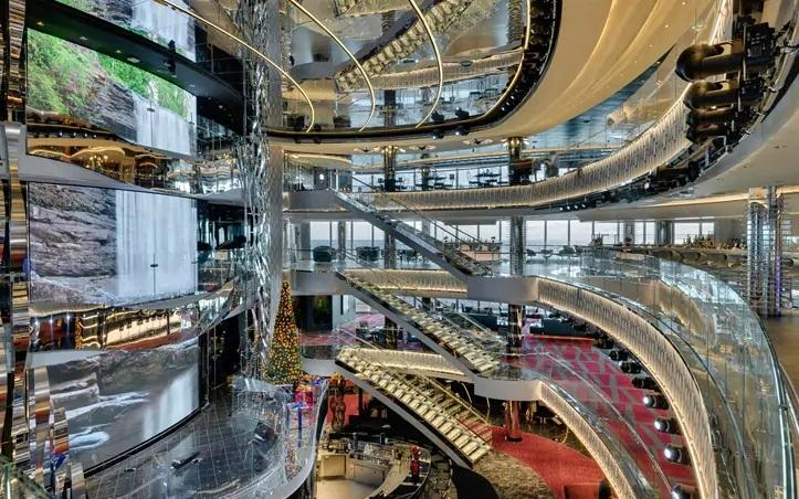 Dans les lounges ou au cœur de l'Atrium, des groupes de musiques animent également les soirées. - Photo MSC
