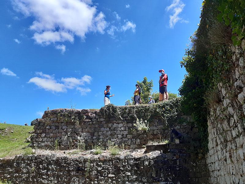 Anne Laure en visite sur les ruines du Château © OT Domfront