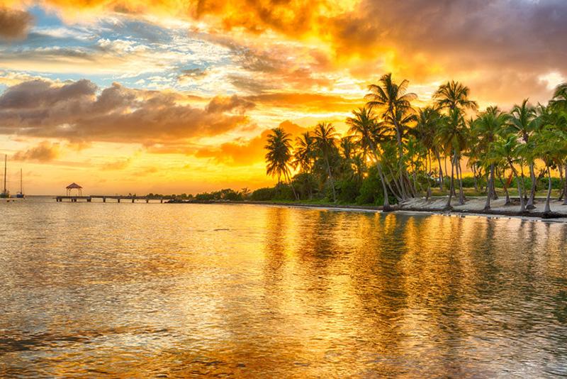Coucher de soleil sur la plage Anse Champagne à Saint Francois, Guadeloupe © 123rf
