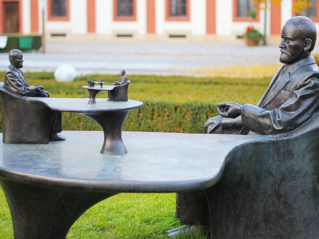 Freud qui n'aimait pas voyager seul, a longuement décrit ses périples, à travers une vaste correspondance composée de missives, de cartes postales et de télégrammes destinée à sa famille. Il a aussi tenu plusieurs journaux de voyages dont l'écriture s'étale sur prés de 30 ans, entre 1895 et 1923 - Photo Statue de Freud à Prague Depositphotos.com Auteur Kris_Usoltseva