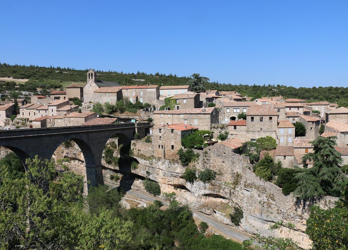 Minerve, au confluent des gorges de la Cesse et du Brian, déploie sur son éperon pentu des ruelles médiévales et une tour, vestige d'un antique château - DR : J.-F.R.