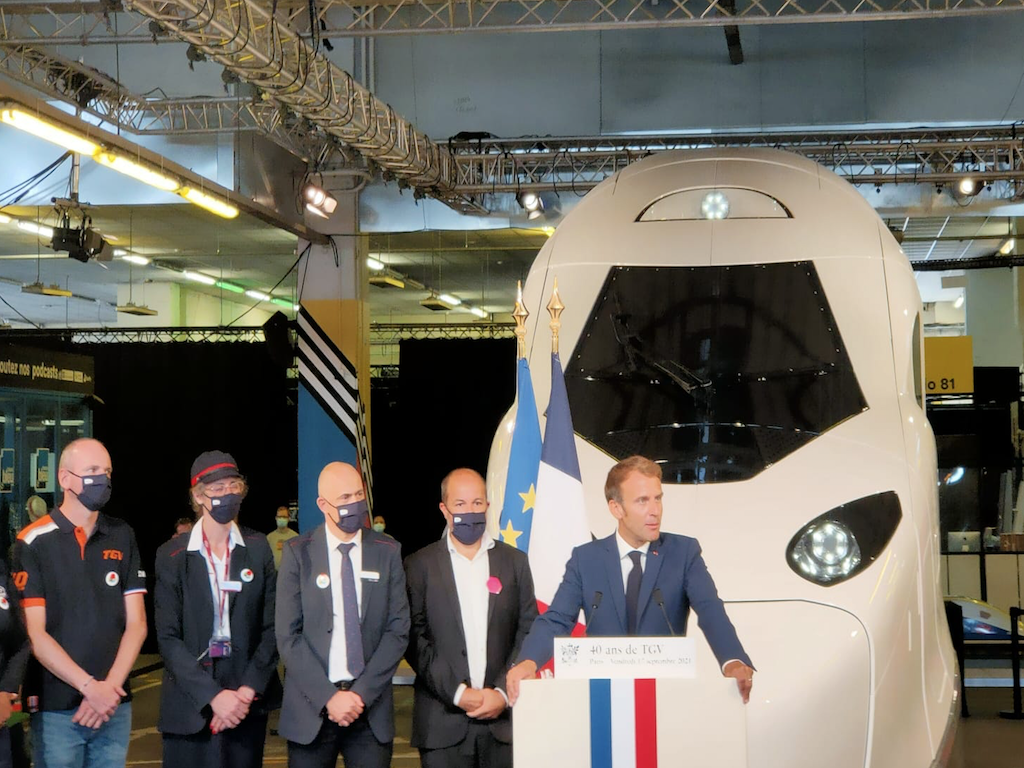Emmanuel Macron devant le futur TGV M © PG TM