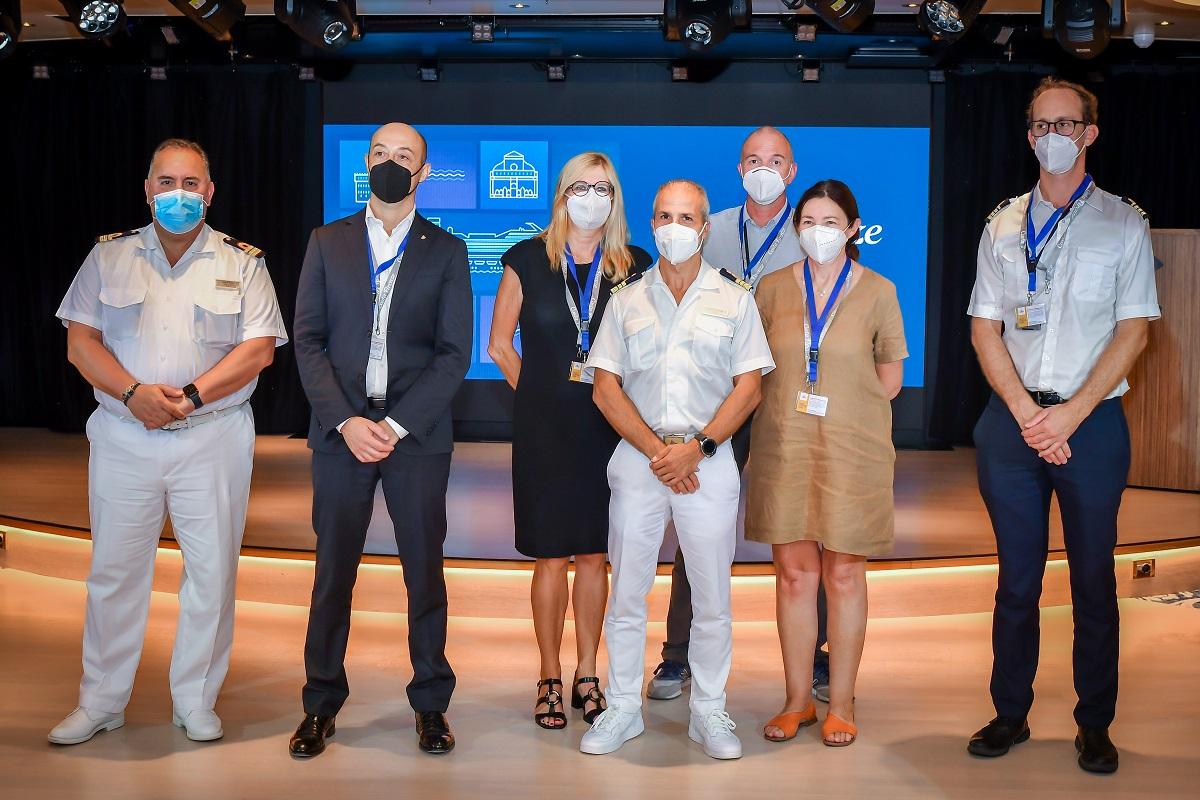 La cérémonie d'échange des plaques, en présence des autorités portuaires du Grand port Maritime de Marseille, du Terminal de Croisière Marseille Provence, de la Chambre de Commerce et du Club de la Croisière - DR : Costa