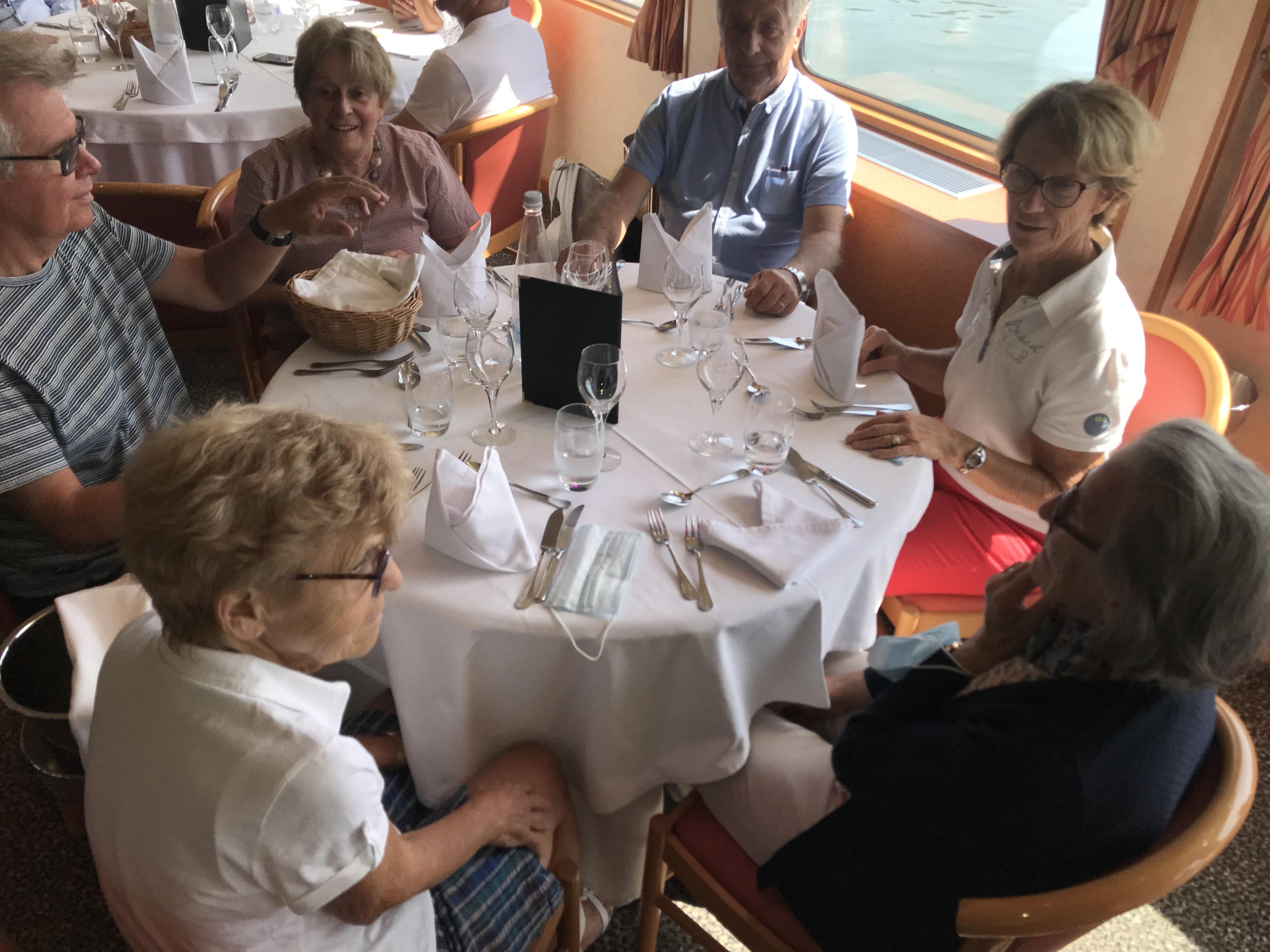 La table, un bon moment à bord - DR : JLR