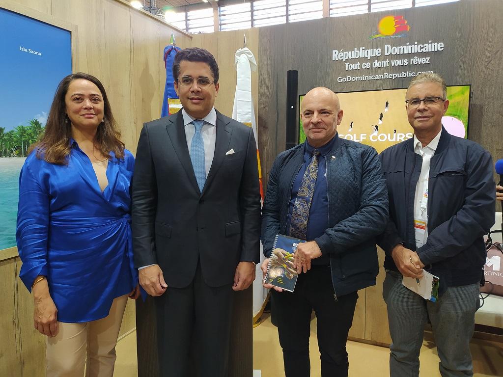 Mercedes Castillo, directrice de l'office du tourisme de République Dominicaine, David Collado, ministre du Tourisme accompagnés de Dominique et Dominique de La Tour, président de l'Association des Journalistes du Tourisme (AJT) lors de l'IFTM Top Résa, le jeudi 7 octobre 2021. - CL