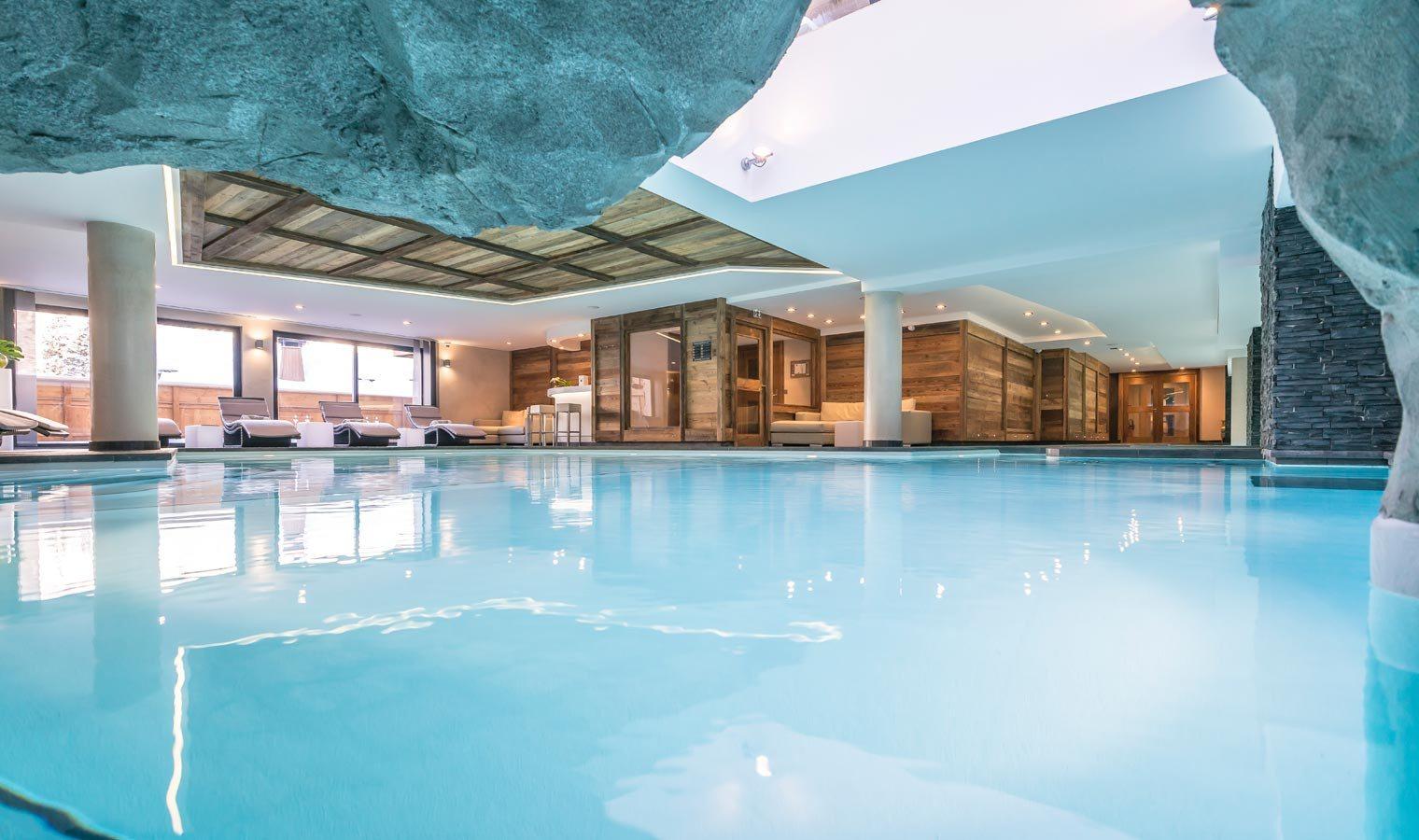 La piscine du Spa Nuxe du Kaïla,  alterne parcours aquamarin, geysers, grotte  jacuzzi, sièges hydromassants, canapé d'air, aquabiking…. ©DR/Kaila