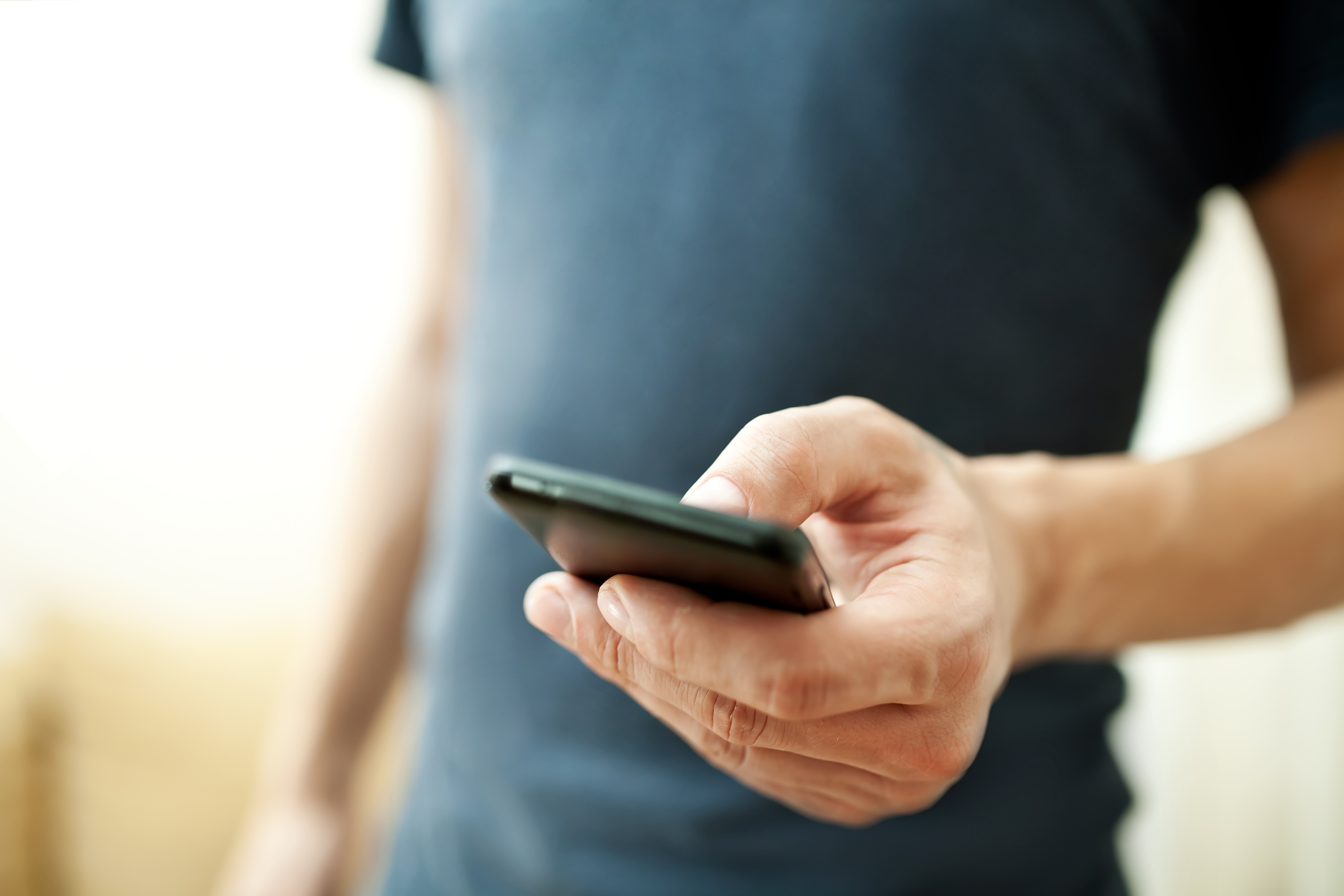 D'après l'enquête TripBarometer de TripAdvisor, 9 voyageurs français sur 10 ne partent pas en vacances sans leur téléphone mobile, et 71 % des hôteliers français quant à eux utilisent les médias sociaux. © Maksim Kostenko - Fotolia.com