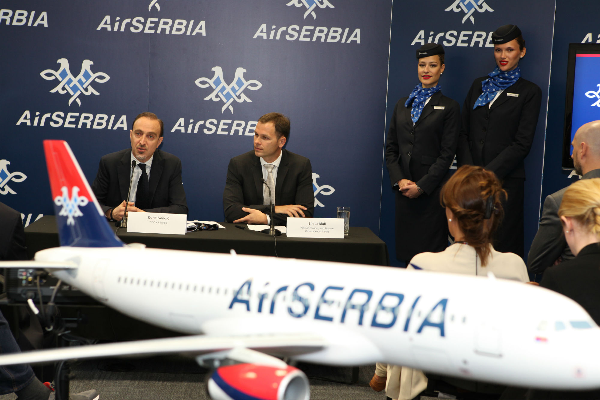 Dane Kondic, CEO d'Air Serbia, et Sinisa Mali, Conseiller en économie et finances du Cabinet du Vice-Premier Ministre serbe, durant la conférence de presse au Dubai Air Show - DR