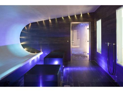 Relié au Radisson Blu 1835 par un passage souterrain, Les Thermes Marins de Cannes est un spa luxueux aménagé dans un cadre lumineux et contemporain. ©DR