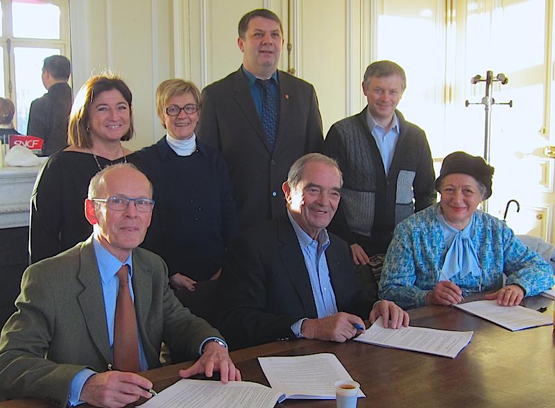 Les syndicats et les autorités du SNAV réunies pour signer la convention collective. DR