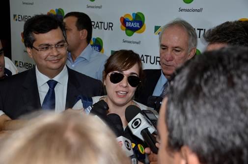 Nádia Panis, 6 millionième touristes étrangères au Brésil, parle à la presse brésilienne aux côtés de Flávio Dino, président d'Embratur - Photo DR