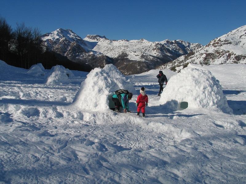 Les participants à ce réveillons original et glacé construiront eux-mêmes les igloos dans lesquels ils passeront la nuit - Photo DR
