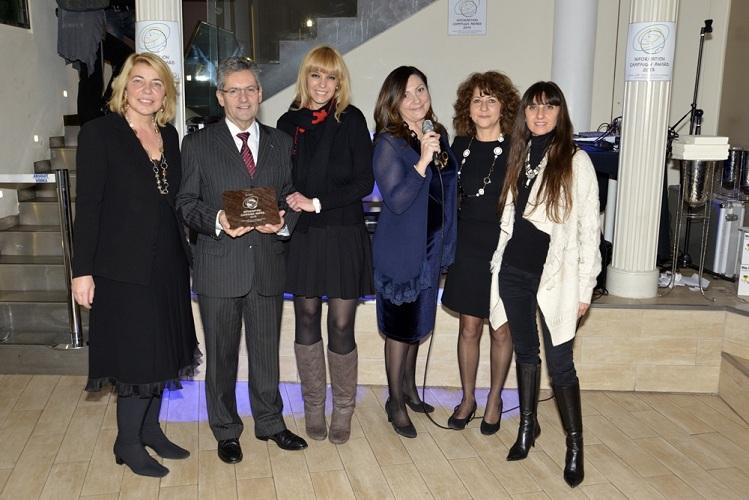 Le trophée, réalisé par la célèbre entreprise Alessi, a été remis par la Présidente du GIST Sabrina Talarico au Directeur Christian Kergal et à Barbara Lovato, Responsable du Service Presse de Atout France en Italie (à gauche sur la photo) - Photo DR