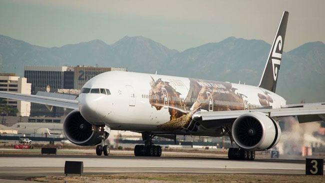 La compagnie a dévoilé un B777-300 décoré du dragon Smaug le Doré, personnage de la trilogie de Peter Jackson. DR
